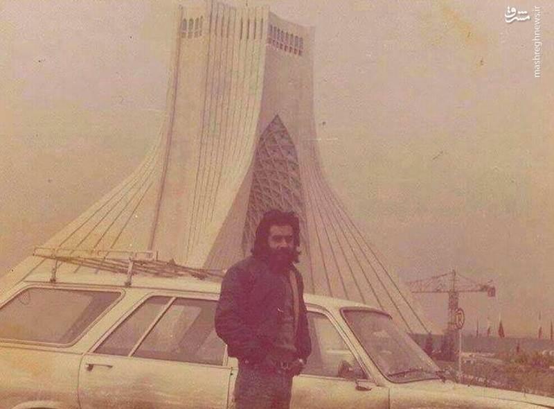 عکس یادگاری خسرو شکیبایی با برج آزادی در روزگار جوانی