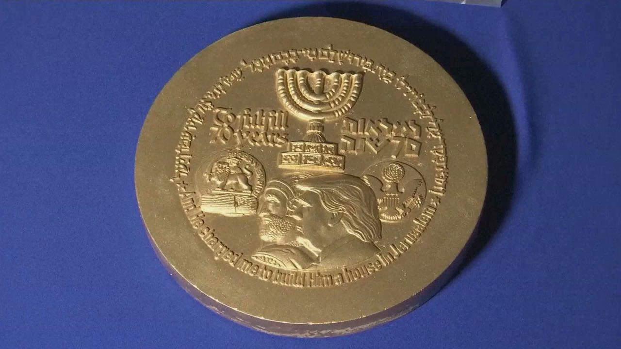 عکس ترامپ و تمثال کورش بزرگ روی سکه اسراییلیها (+عکس)