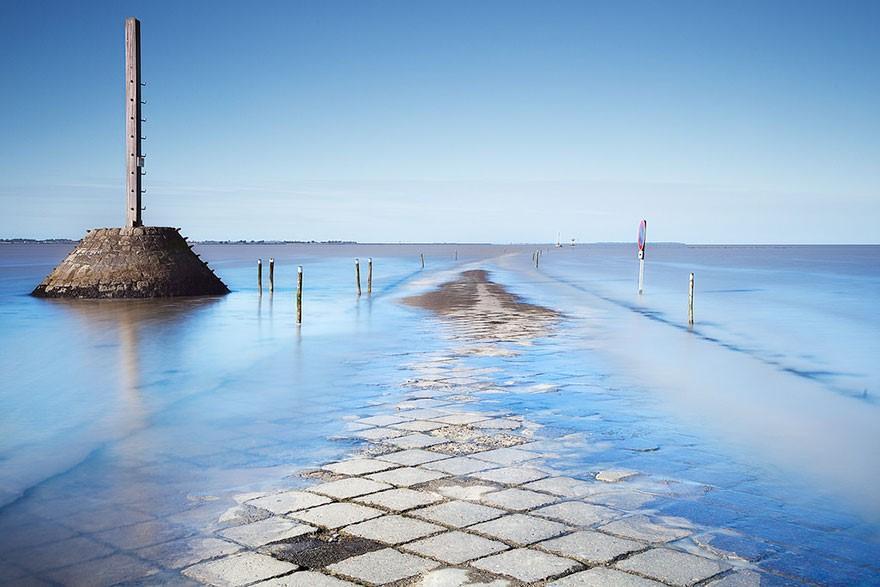 جادهای که روزی دوبار زیر آب میرود (+عکس)