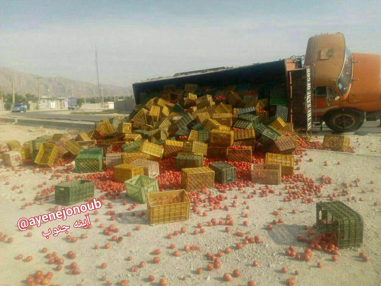 واژگونی کامیون حامل گوجه فرنگی (عکس)