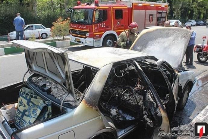 آتش گرفتن پژو 405 حین حرکت در شهرک اکباتان (+عکس)