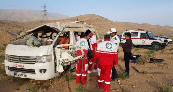2 کشته و 12 مجروح در حادثه واژگونی خودروی ون در فارس (+عکس)