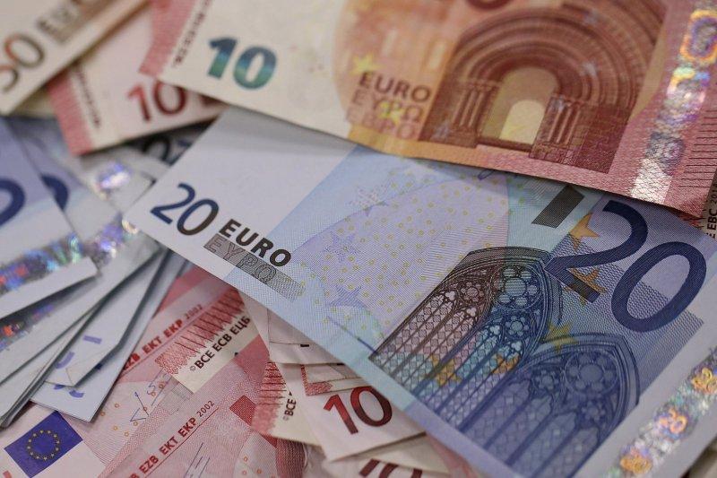 دلار رسمی گران و یورو ارزان شد