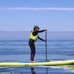 زنی که میخواهد با تخته شنا 1200 کیلومتر را طی کند (+عکس)