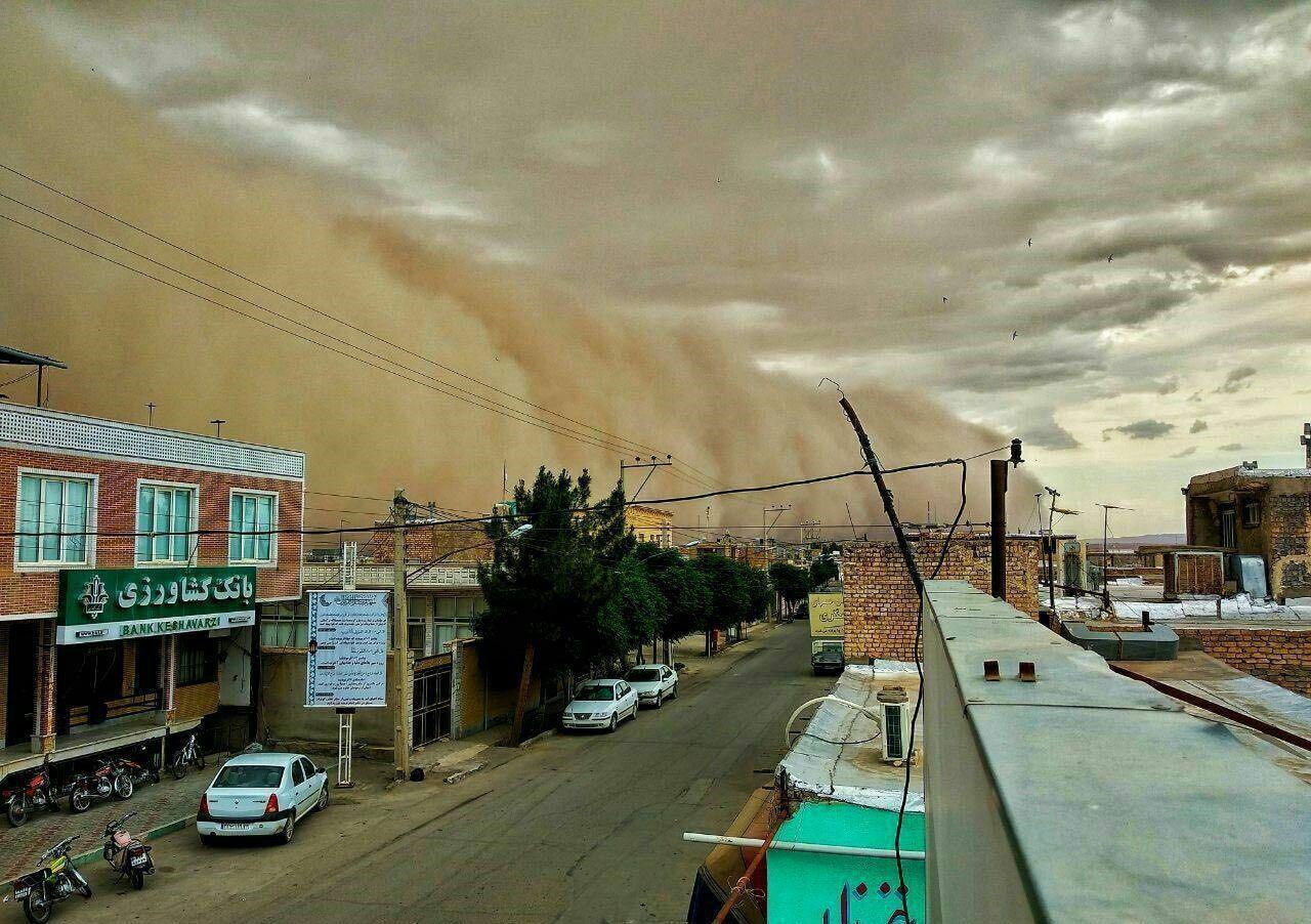 لحظه عجیب ورود طوفان به آران و بیدگل (عکس)