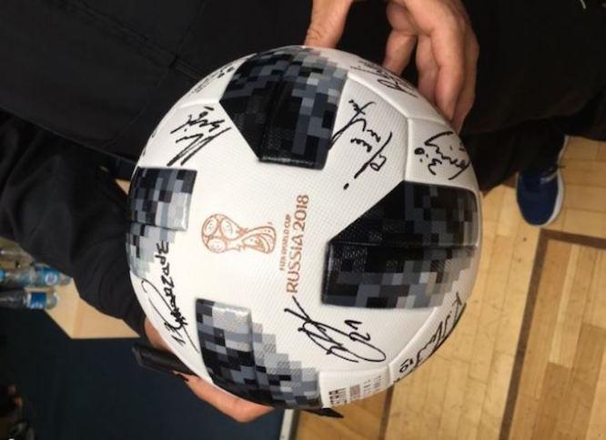 امضای ملی پوشان ایران روی توپ جام جهانی (+عکس)