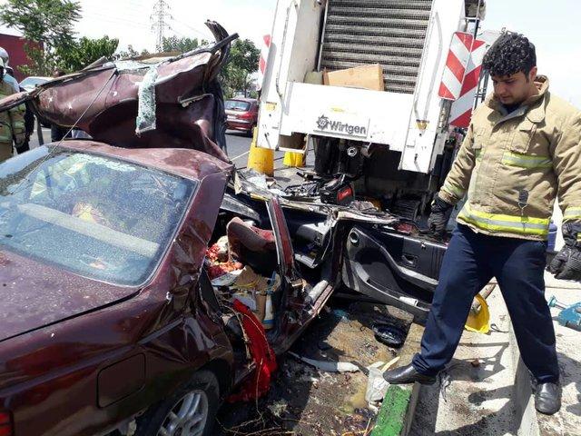 2 کشته در تصادف پژو و کامیون حمل زباله (+عکس)