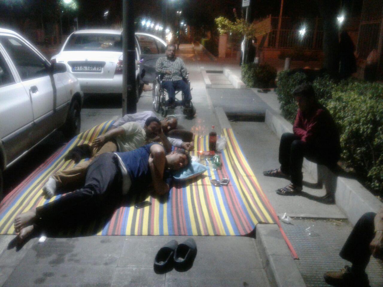 روز دوم تجمع کارکنان دفاتر سهام عدالت/ معترضان شب را در خیابان ماندند