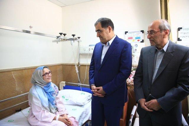 عیادت وزیر بهداشت از دختر نوجوان فداکار سرپل ذهابی (+عکس)