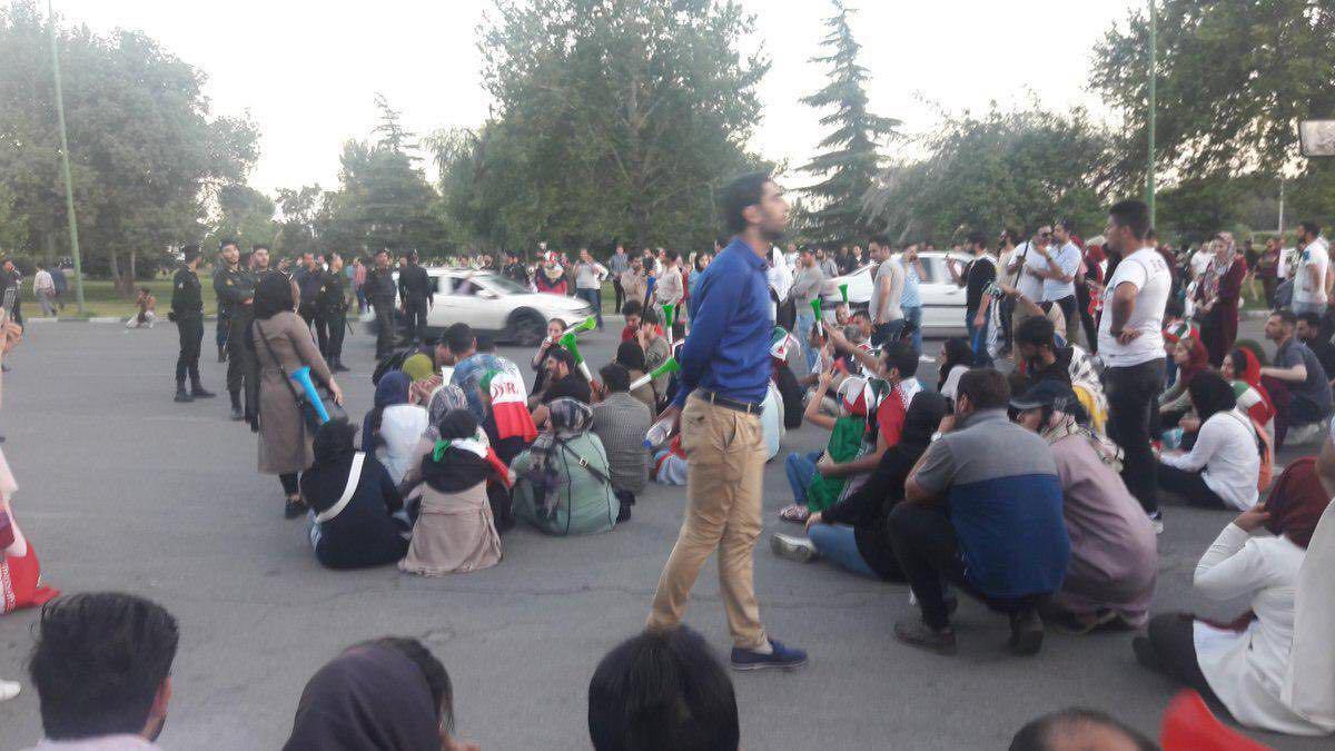 لغو پخش دیدار ایران و اسپانیا در استادیوم آزادی/ تجمع خانواده ها اطراف ورزشگاه آزادی (+عکس)