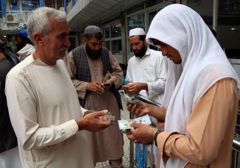 رویترز: رونق تجارت دلار در مرز افغانستان و ایران/ ورود روزانه 2-3 میلیون دلار از افغانستان به ایران