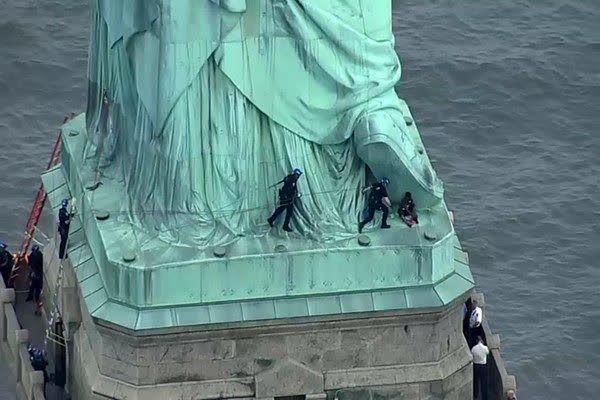 زن آمریکایی در اعتراض به سیاستهای مهاجرتی ترامپ از «مجسمه آزادی» بالا رفت (+عکس)