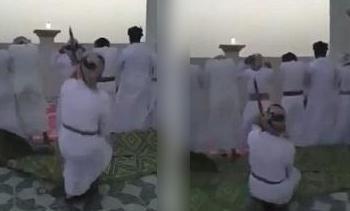 شوخی دیوانهوار مرد عمانی با نمازگزاران (عکس)
