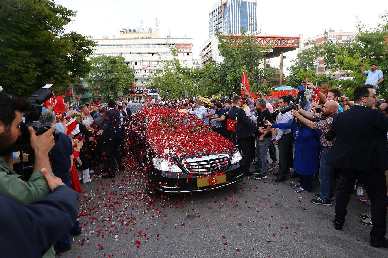 استقبال مردم از اردوغان در مقابل مجلس ترکیه (عکس)