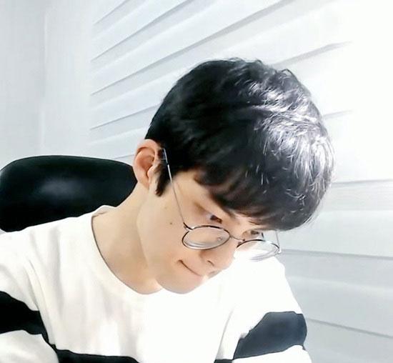 پسر کرهای که با مطالعه در سکوت معروف شد! (+عکس)