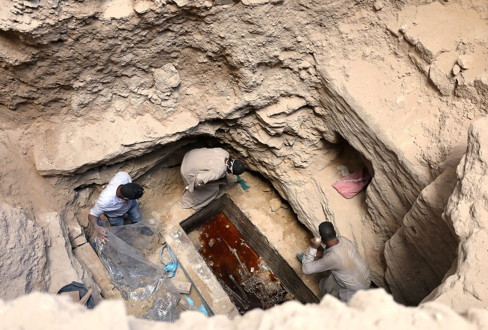 هزاران نفر در اینترنت خواهان نوشیدن مایع داخل تابوت 2000 ساله شدند (+عکس)