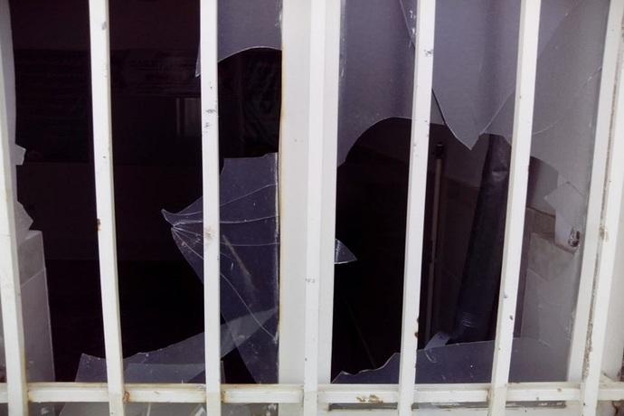 تصاویر جدید از مدرسه علمیه اشتهارد که مورد حمله واقع شد/ دستگیری تعدادی از عوامل این حادثه/ سر دادن شعارهای نامناسب بر ضد روحانیت/معترضان با سنگ و آجر شیشه های نمازخانه را شکستند