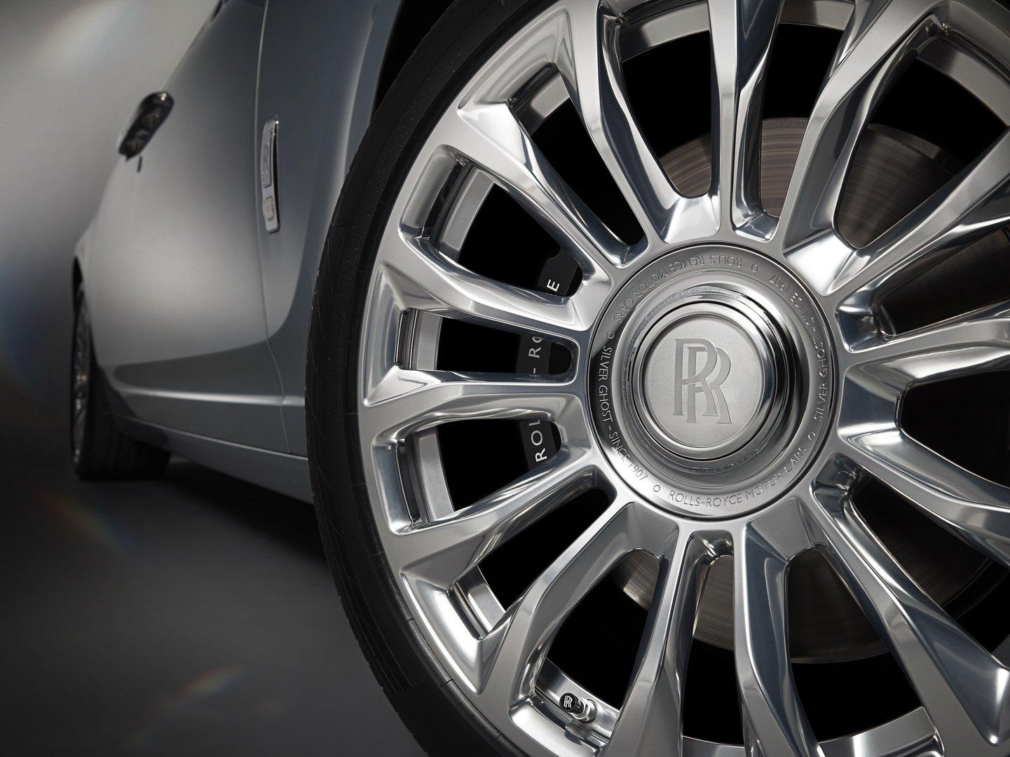 خودروی نقره اندود رولز رویس، لوکس، زیبا و راحت