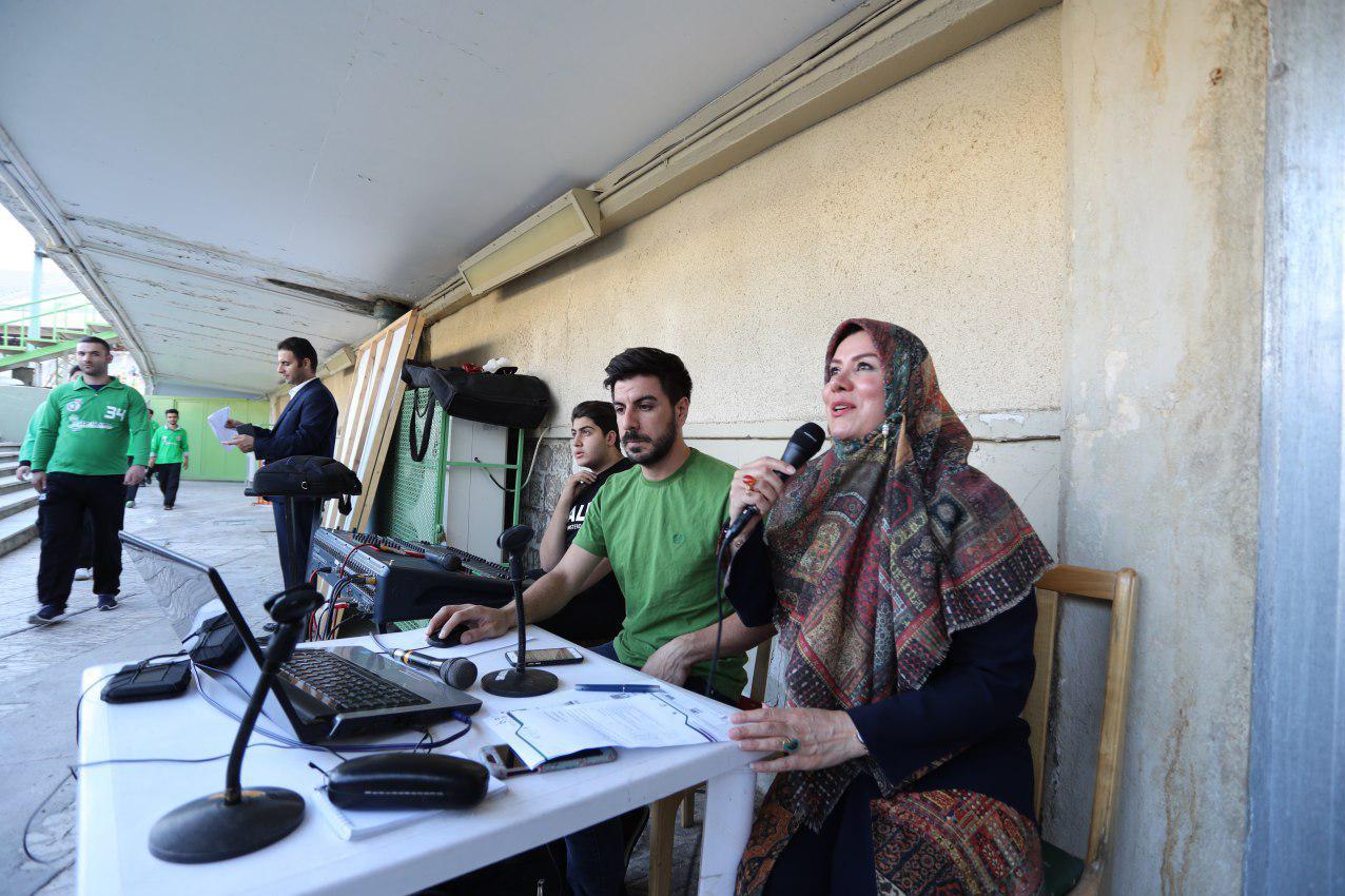 حضور مجری زن در ورزشگاه آزادی (عکس)