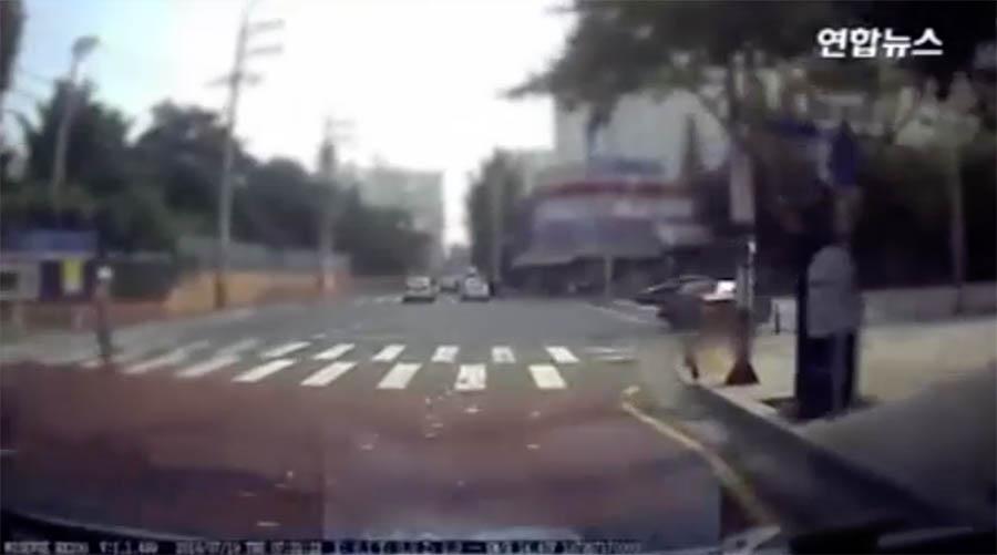 فردی که خیابان را دلار باران کرد (+عکس)