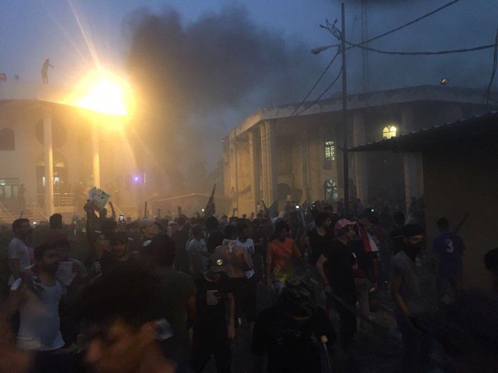 حمله معترضين به كنسولگري ايران در بصره (+عكس)