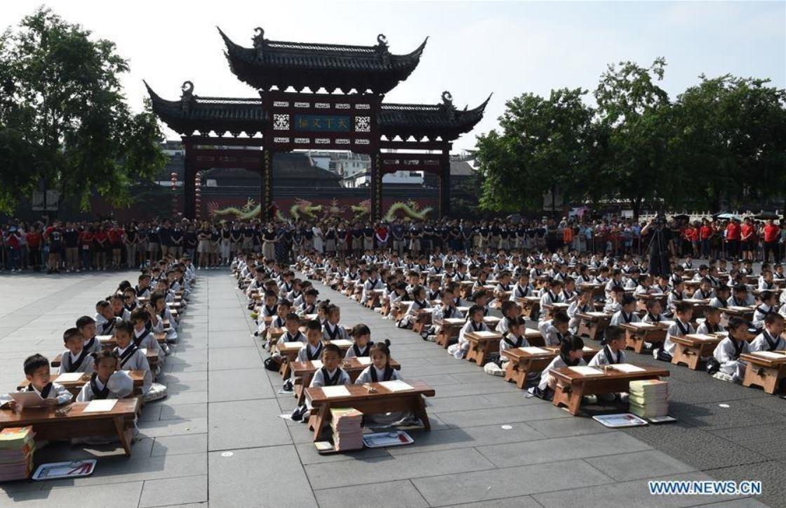 جشن شکوفه ها به سبک مدارس چینی! (عکس)