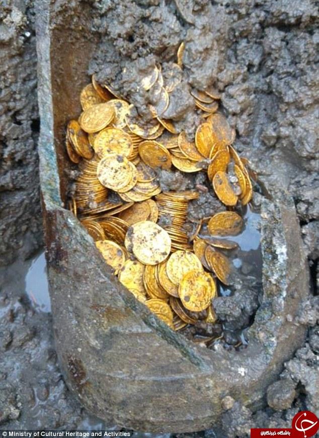 کشف سکه های طلا حین تخریب یک سالن تئاتر قدیمی (+عکس)