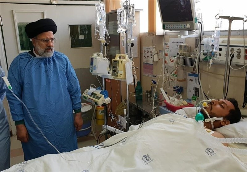 عیادت رئیسی از طلبه مضروب مشهدی (عکس)