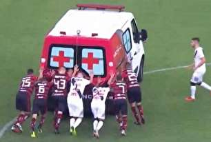 مصدومیت آمبولانس در زمین بازی! (عکس)