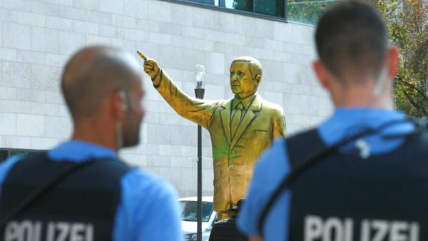 مجسمه طلایی 4 متری اردوغان در آلمان به جای نامعلومی منتقل شد
