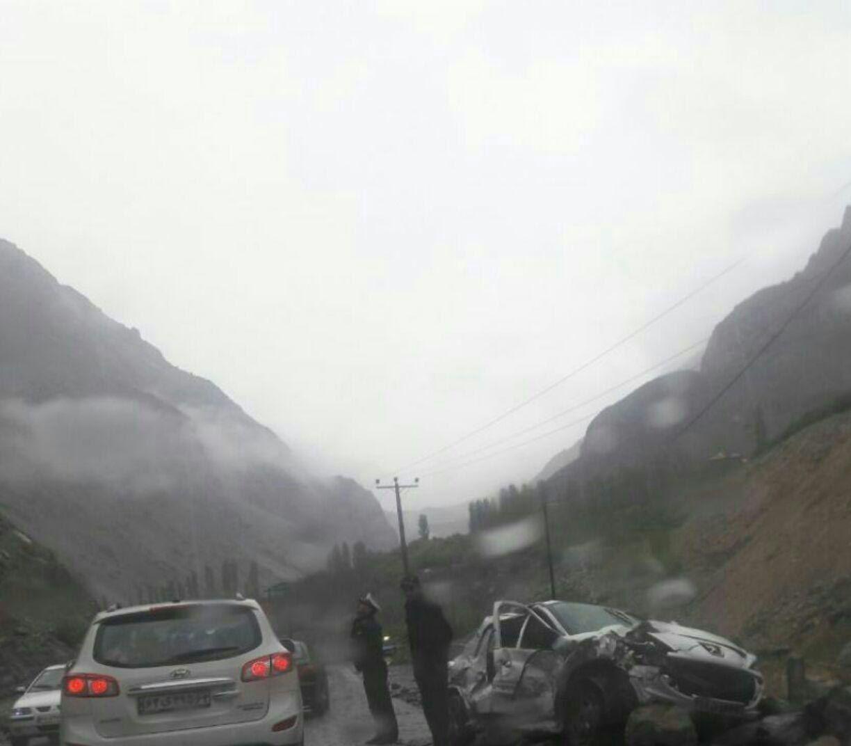 ریزش کوه در جاده هراز/ سواری پژو له شد