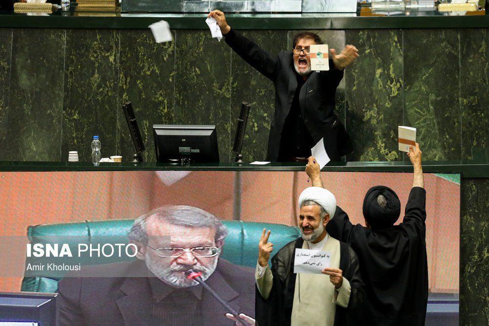 نماینده نزدیک به جبهه پایداری در حال پاره کردن CFT (عکس)