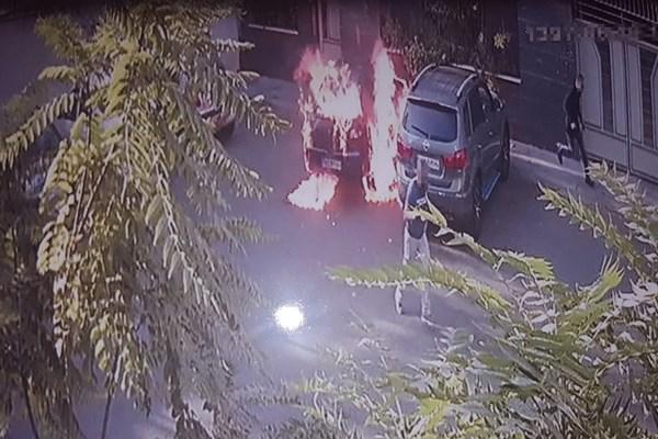 خواستگار کینهجو، خودروی دختر مورد علاقه را به آتش کشید