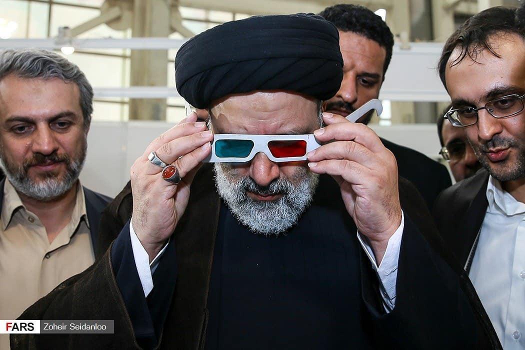 ابراهیم رئیسی با عینک سهبعدی (عکس)