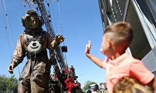 نمایش عروسک های غول پیکر در نقاط مختلف جهان (عکس)