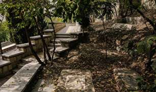 قبرستانی در خیابان آجودانیه تهران (+عکس)