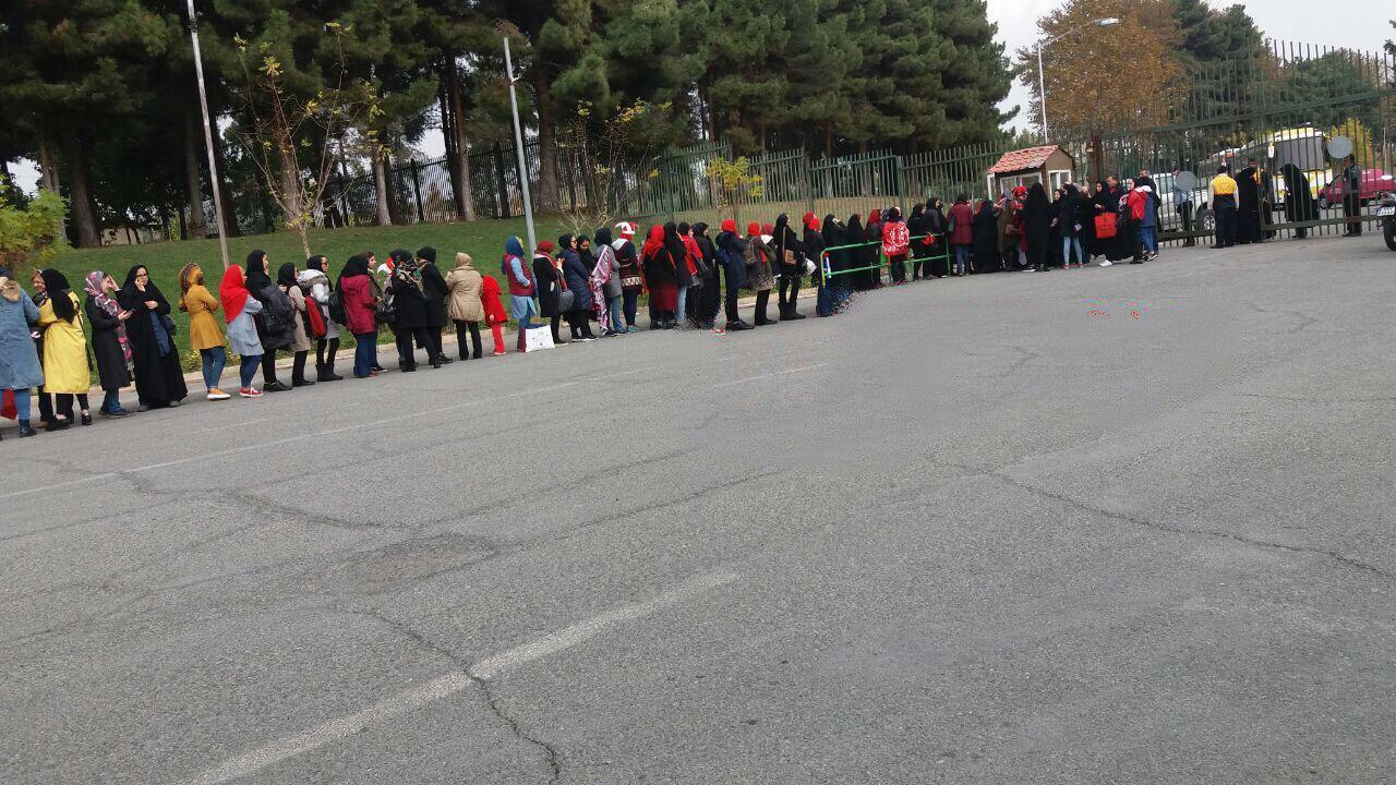 صف ورود زنان به استادیوم آزادی (عکس)