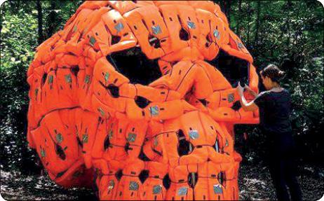 نماد مرگ با جلیقه های پناهجویان غرق شده (عکس)