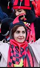 عبور زنان از دیوار آزادی