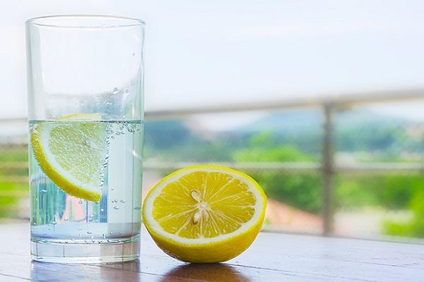 فواید ترکیب نوشیدن آب گرم و آبلیمو در اول صبح