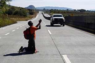 التماسهای یک مهاجر لاتین برای رسیدن به مرز آمریکا (+عکس)