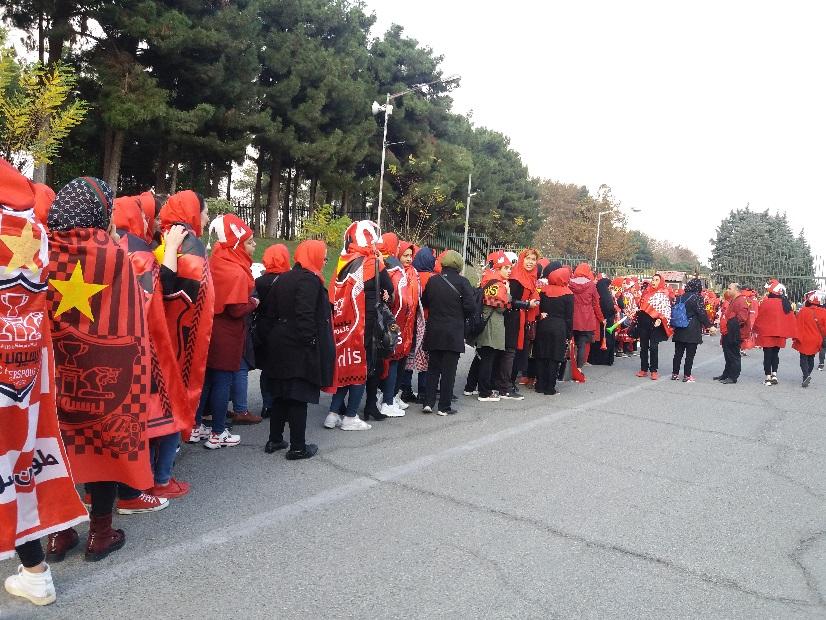 روایتی از دختران پشت استادیوم آزادی؛ از ساعتها صف تا تهدید به خوردن توسط گرگ و رها شدن در اتوبان