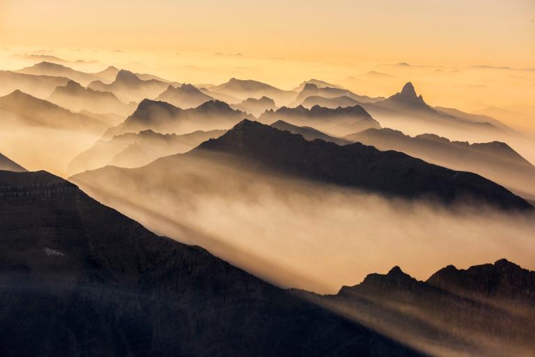 قلههای احاطه شده از دود آتش (عکس)