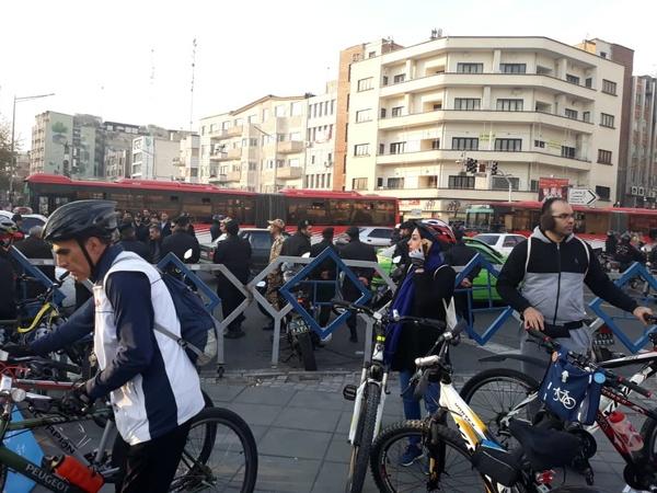 تجمع سمنها برای بازگشایی نردههای چهارراه ولیعصر تهران