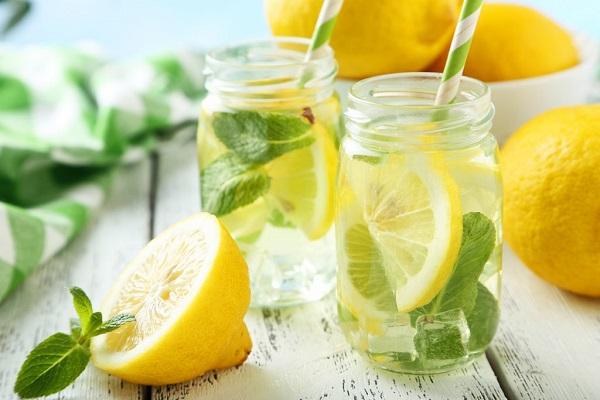 از فواید نوشیدن آب لیمو با معده خالی