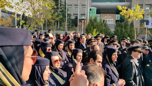 تجمع جمعی از مهمانداران ایران ایر مقابل ساختمان وزارت راه (+عکس)