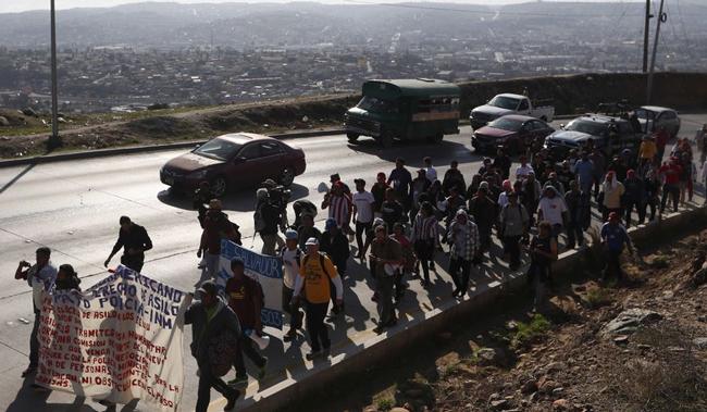 درخواست کاروان مهاجران هندوراسی در مرز آمریکا: 50 هزار دلار بدهید تا به خانهمان برگردیم