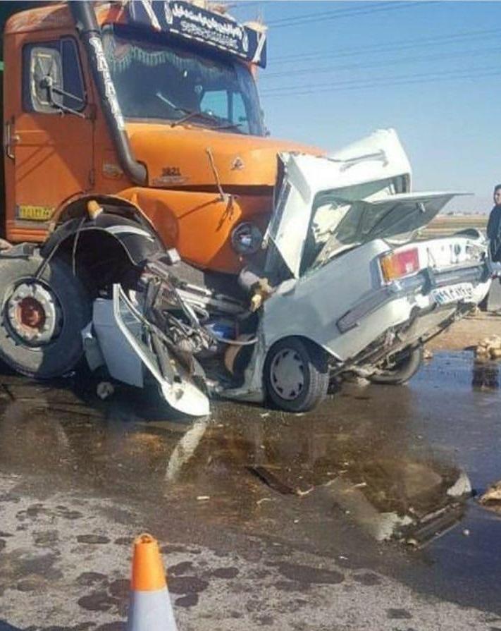 تصادف سنگین کامیون با پیکان (عکس)