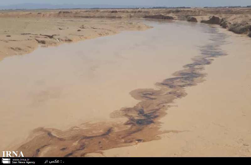 لکه های نفتی 15 کیلومتری در رودخانه های فصلی گناوه (+عکس)