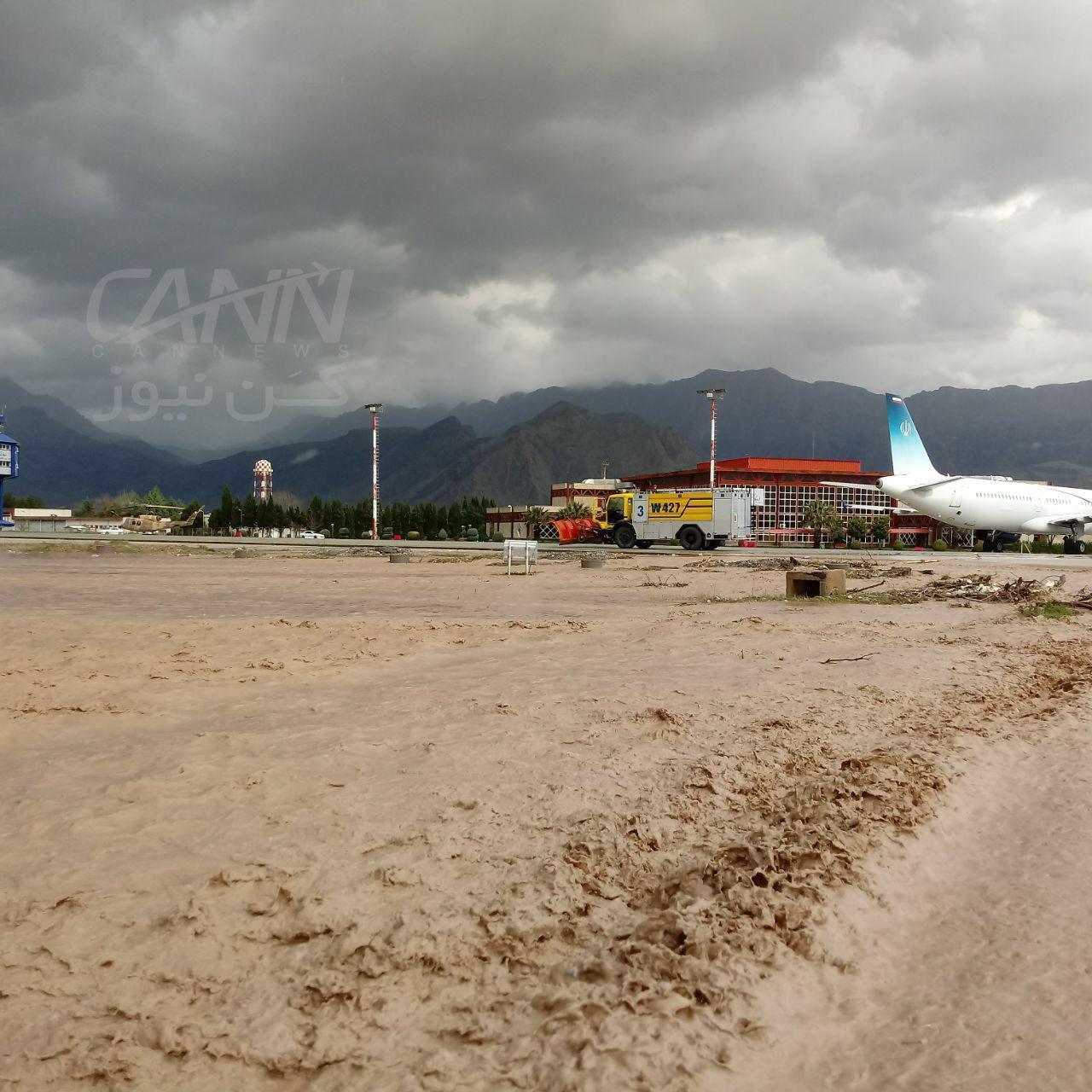 هواپیمای جهانگیری در محاصره سیل (+عکس)